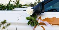 Автомобиль украшенный для свадебного кортежа. Иллюстративное фото