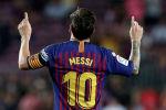 Форвард Лионель Месси из Барселоны празднует третий гол в воврота Алавеса на Камп Ноу в Барселоне. Испания, 18 августа 2018 года