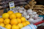 Сатыктагы лимон, сарымсак жана имбирь. Архив