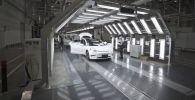 Компания Tesla распространила видео, показывающее процесс сборки электрокаров на гигафабрике в Китае.