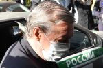 Актёр Михаил Ефремов выходит из автомобиля у здания Пресненского суда города Москвы