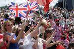 Британские болельщики машут флагами в толпе. Архивное фото