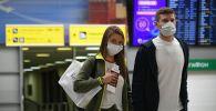 Пассажиры в международном аэропорту. Архивное фото