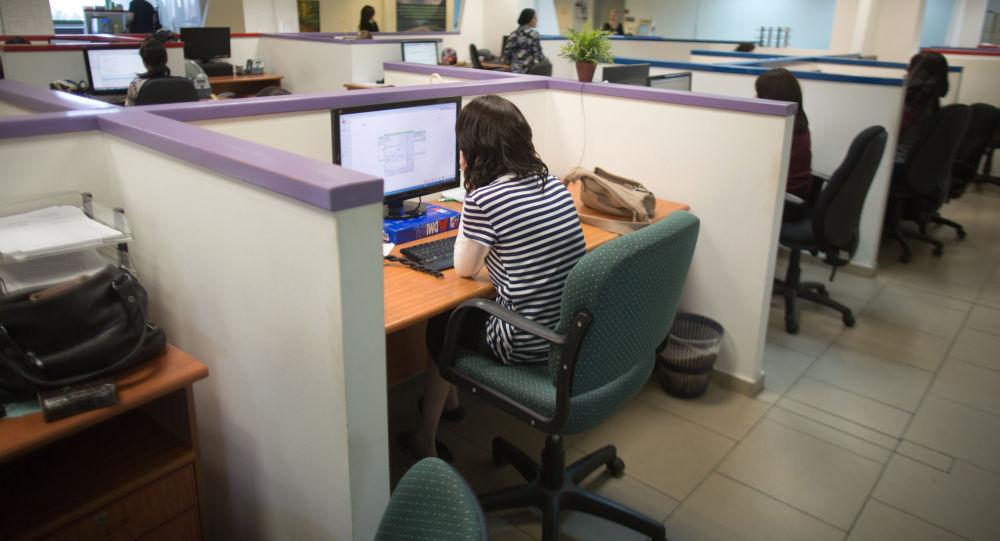 Офисные работники. Архивное фото