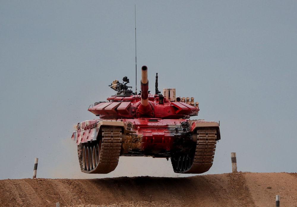 На подмосковном полигоне Алабино завершился девятый танковый биатлон