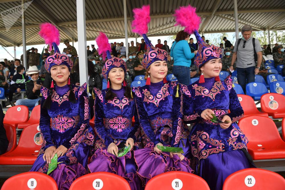 За турниром наблюдали зрители. На фото болельщицы из Кыргызстана.