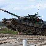 Кыргызстанские танкисты во время преодоления препятствия