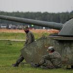 Российские военные отдыхают во время Танкового биатлона