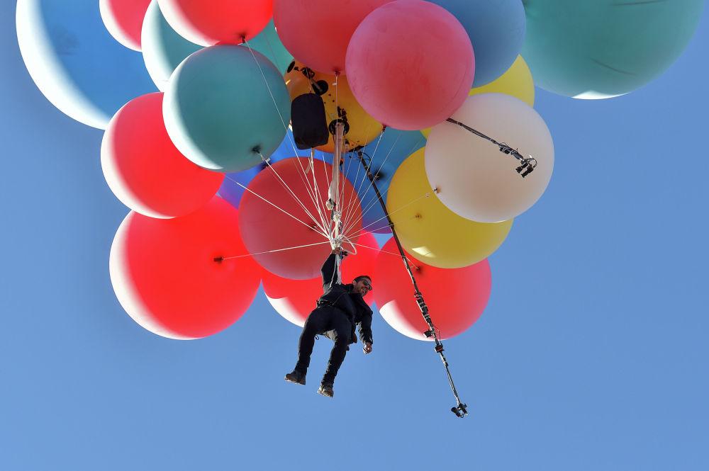 Иллюзионист Дэвид Блейн поднялся на воздушных шарах на высоту более семи с половиной километров. К трюку Вознесение он готовился десять лет.
