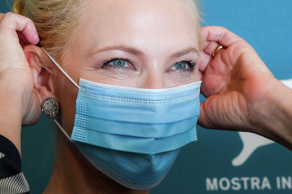 Австралийско-американская актриса и председатель жюри Кейт Бланшетт в медицинской маске в день открытия 77-го Венецианского кинофестиваля в Венеции.