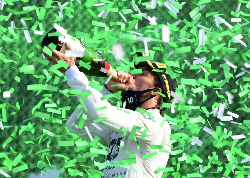 Формула-1 F1 - Гран-при Италии - Национальный автодром Монца, Монца, Италия - 6 сентября 2020 г. Пьер Гасли из AlphaTauri пьет шампанское, празднуя победу в Гран-при Италии на подиуме