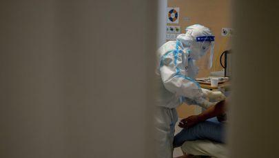 Медицинский работник осматривает пациента с коронавирусной болезнью (COVID-19). Архивное фото