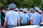 Сотрудники милиции у здания Верховного суда КР