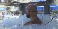 Чтобы наполнить стеклянную кабину, потребовалось более 200 килограммов кубиков льда. Мужчина решил на своем примере показать, что любой человек способен расширить границы возможного.