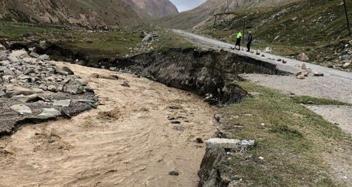 Водный грязевой поток размыл часть трассы Каракол — Энильчек в Иссык-кульской области