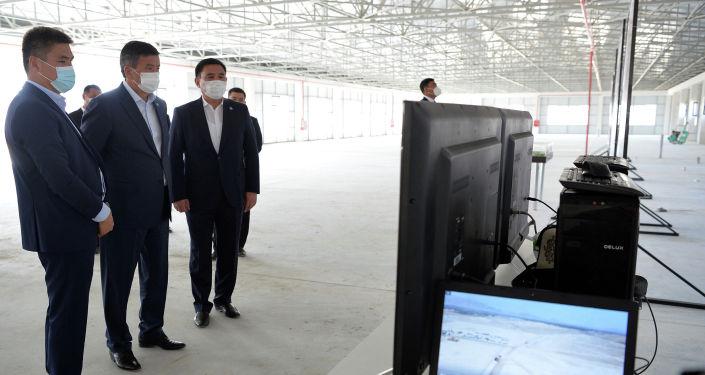 Президент КР Сооронбай Жээнбеков во время ознакомления с ходом строительства текстильной фабрики в рамках рабочей поездки в Ошскую область