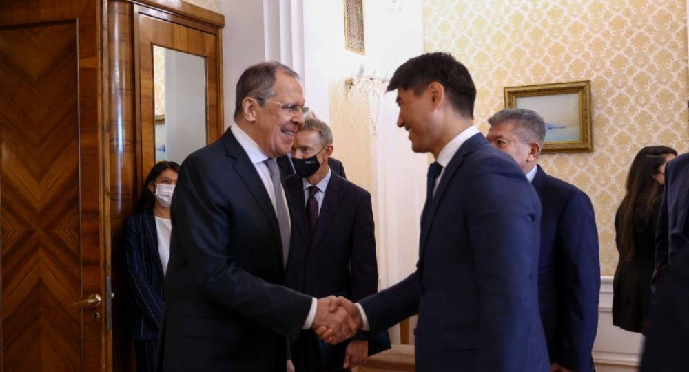 Министр иностранных дел Кыргызстана Чингиз Айдарбеков во время встречи с российским коллегой Сергеем Лавровым в Москве