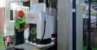 Работы по производству стиральной машины. Архивное фото