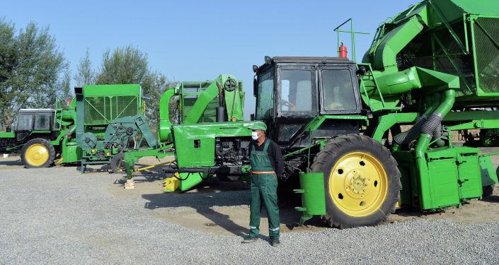 Тракторы и комбайнеры в производственно-семеноводческом кооперативе Оомат агро в Кара-Суйском районе. 10 сентября 2020 года