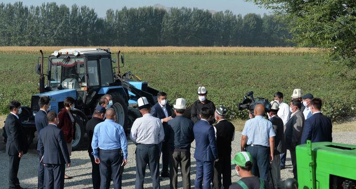 Президент Кыргызской Республики Сооронбай Жээнбеков во время ознакомления с деятельностью производственно-семеноводческого кооператива Оомат агро в Кара-Суйском районе. 10 сентября 2020 года