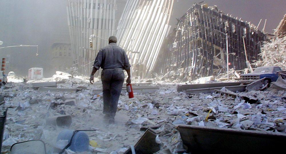 Мужчина с огнетушителем на месте атаки Всемирного торгового центра 11 сентября в Нью-Йорке. Архивное фото