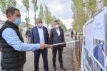 Премьер-министр Кубатбек Боронов Жалал-Абад облусуна жасаган иш сапарынын алкагында Чаткал районунун Каныш-Кыя айылындагы ички жолдорду реконструкциялоо иштери менен таанышты