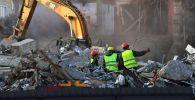 Рабочие на месте сноса здания. Архивное фото