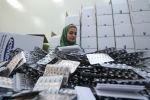 Ирандык фармацевтик заводдун кызматкери. Архивдик сүрөт