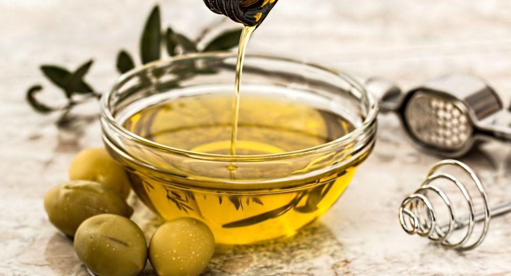 Бутылка оливкового масла. Иллюстративное фото