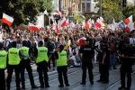 Польшада бийликтин коронавирус пандемиясына карата киргизген чектөөлөрүнө каршы нааразычылык акциясынын катышуучулары