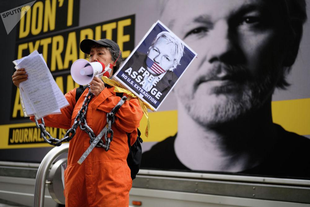 Сторонники Джулиана Ассанжа у здания центрального уголовного суда (Олд-Бейли) в Лондоне, где проходят слушания по делу об экстрадиции в США основателя портала WikiLeaks Джулиана Ассанжа. Судебное преследование Ассанжа началось в 2010 году после публикаций WikiLeaks секретных материалов Пентагона о военных преступлениях армии США на Ближнем Востоке.