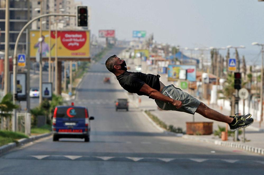 Палестинский спортсмен Ахмед Абу Хасира демонстрирует свои навыки паркура в городе Газа. 8 сентября 2020 года