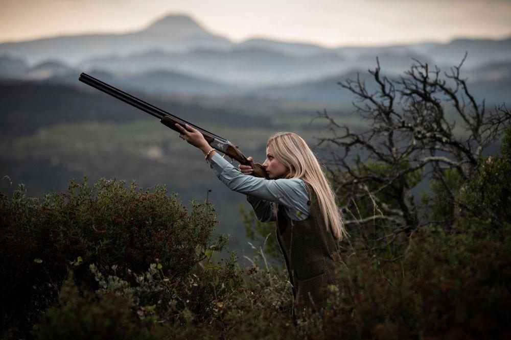 Охотница 23-летняя Джоанна Клермон во время фотосессии недалеко от Перпиньяна на юго-западе Франции