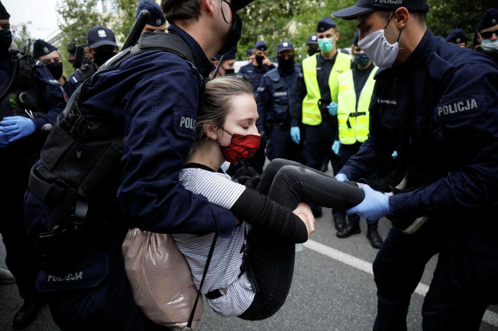 Полицейские задерживают климатических активистов Extinction Rebellion на акции протеста в Варшаве
