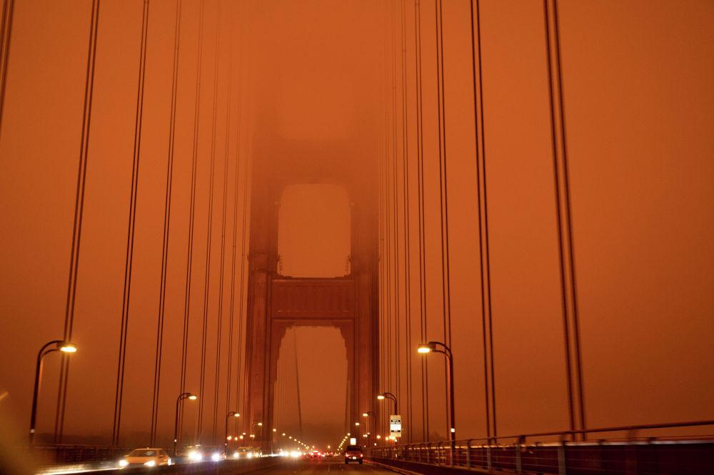 Небо над Сан-Франциско стало оранжевым из‐за масштабных лесных пожаров.