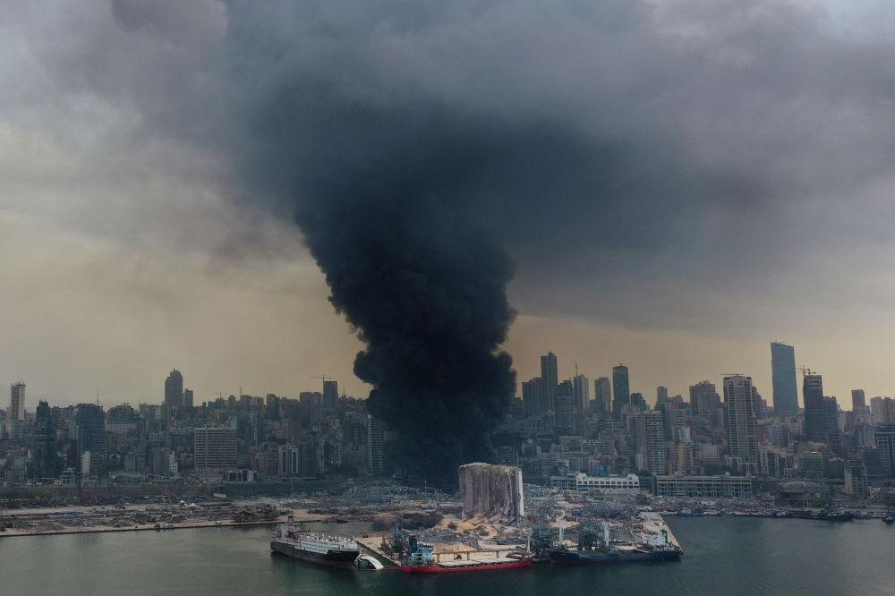 Крупный пожар вспыхнул в портовой зоне Бейрута, где в августе произошла серия разрушительных взрывов.  Огонь разгорелся на складе с автомаслами и покрышками.
