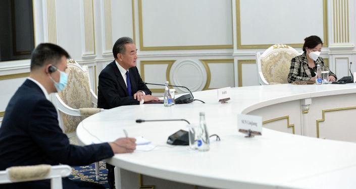 Президент КР Сооронбай Жээнбеков принял члена Государственного совета, министра иностранных дел Китая Вана И, который посетил Кыргызстан с официальным визитом