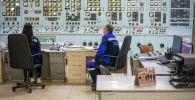 Сотрудники Бишкекской теплоэлектроцентрали в помещении пульта управления. Архивное фото