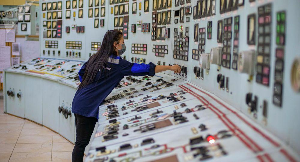 Сотрудница Бишкекской теплоэлектроцентрали в помещении пульта управления. Архивное фото
