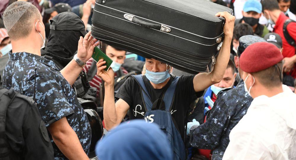 Мигранты на железнодорожной станции в России