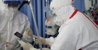 Медики в больнице во время работы