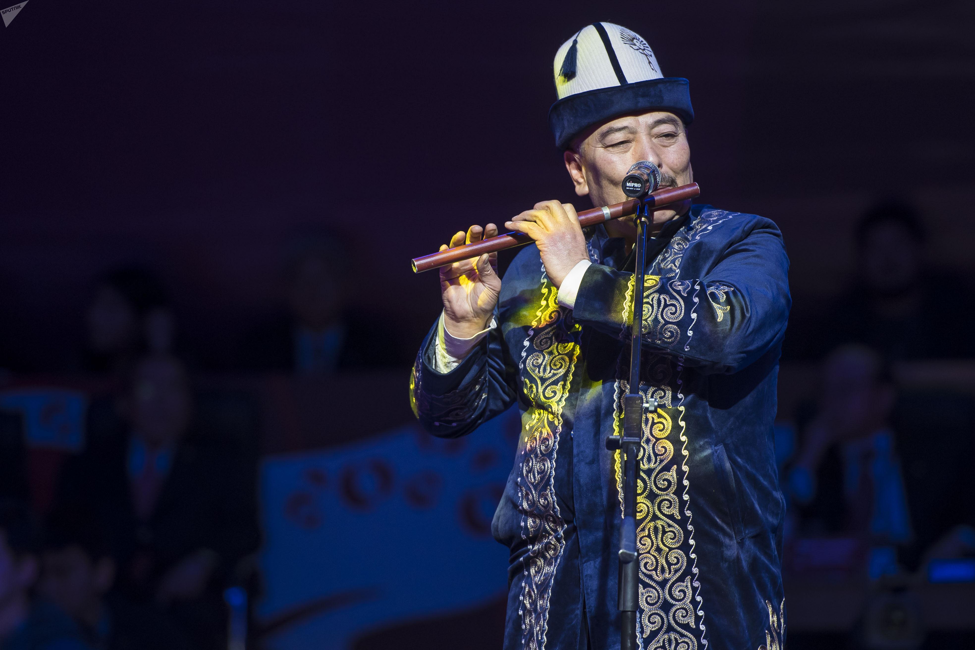 Музыкант, народный артист КР Курмангазы Азыкбаев во время церемонии открытия Чемпионата Азии по борьбе во Дворце спорта имени Каба уулу Кожомкула в Бишкеке