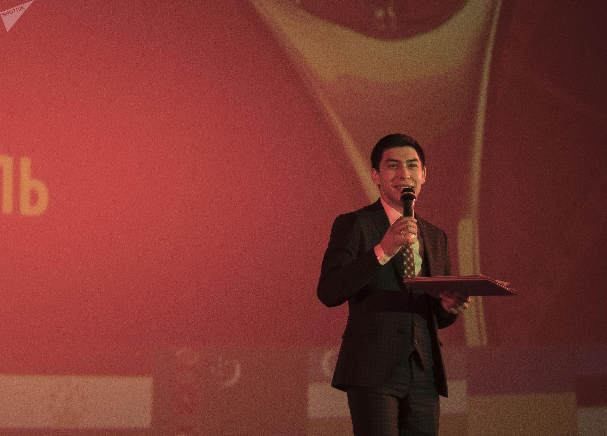 Ведущий Эркин Нурбаев на церемонии награждения победителей VI Международного кинофестиваля стран СНГ, Грузии и Балтии Кыргызстан — страна короткометражных фильмов