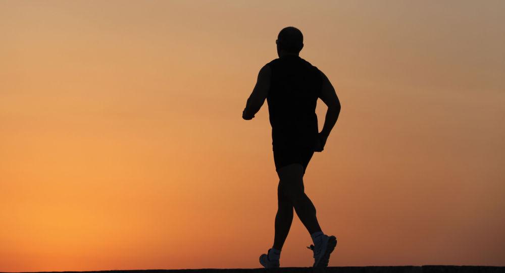 Мужчина во время пробежки. Архивное фото