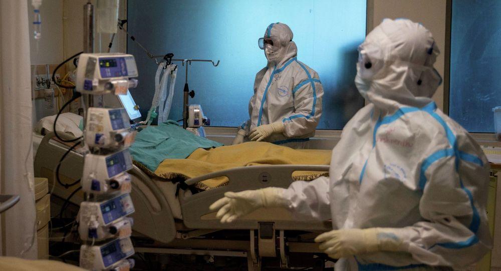 Медицинские работники в отделении больницы где проходят лечении пациенты с COVID-19