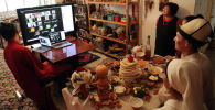 Дизайнер Миррахим Опош с супругой во время свадебного торжества в онлайн формате