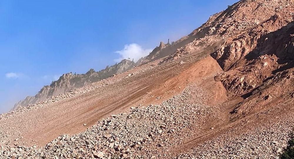 Последствия оползня на трассу по пути к угольному месторождению Кара-Кече в Нарынской области
