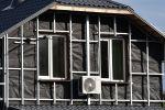 Строительные работы по утепление дома. Архивное фото