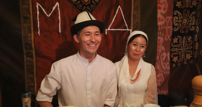 Дизайнер Миррахим Опош с супругой на фотосессии