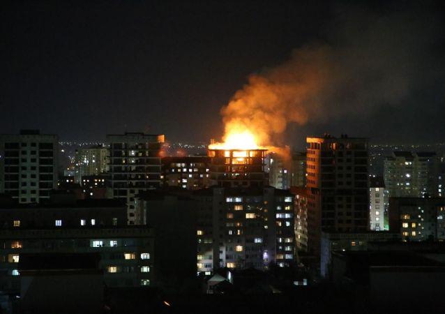 Пламя огня в строящемся многоэтажном доме по улице Тыналиева в Бишкеке